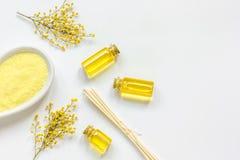 Желтый цвет установил для заботы тела на белом взгляд сверху предпосылки Стоковое фото RF