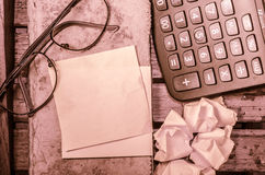 Желтый чистый лист бумаги с калькулятором с скомканной бумагой с стеклами с карандашем стоковое фото rf