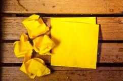 Желтый чистый лист бумаги с скомканной бумагой стоковое фото rf