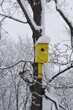 Желтый birdhouse Стоковые Фотографии RF