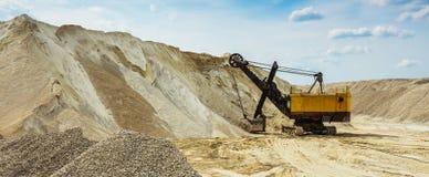 Желтый dredge в песочном к карьере Стоковые Фото