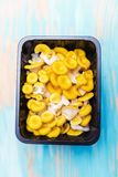 Желтый pleurotus в черной пластичной коробке стоковое фото