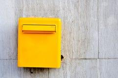 Желтый postbox Стоковое Фото