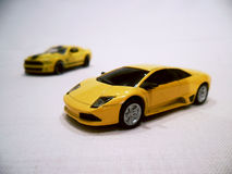 2 желтых автомобиля спорт игрушки Стоковые Изображения RF