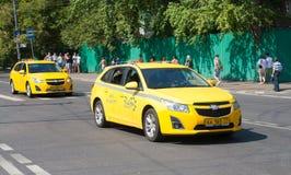 2 желтых автомобиля такси Стоковые Фотографии RF