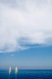 2 желтых двойных парусника нажали ветром в перетаскивании в Cavo, острове Эльбы Стоковая Фотография