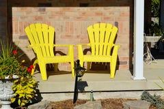 2 желтых деревянных стуль Стоковая Фотография RF