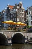 2 желтых зонтика в ресторане улицы на мосте в дне Стоковые Фото