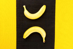 2 желтых зрелых банана от тропиков на napki черного бамбука Стоковое Изображение RF