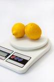 2 желтых лимона на масштабе белой кухни цифровом Стоковое фото RF