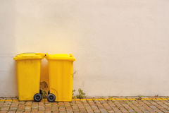 2 желтых мусорной корзины на улице Стоковые Изображения