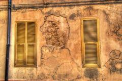 2 желтых окна в старой стене в hdr Стоковые Изображения