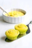 2 желтых пирожного на лопаткоулавливателе торта Стоковая Фотография RF