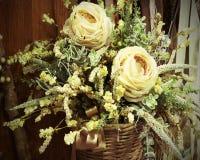 2 желтых розы ite в флористическом украшении Стоковое Фото