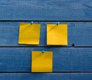 3 желтых стикера на старой деревянной стене Стоковая Фотография RF