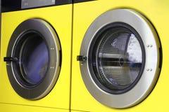 2 желтых стиральной машины в автоматических прачечных Стоковое фото RF
