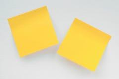 2 желтых части notepaper на белом холсте Стоковое Изображение
