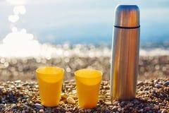 2 желтых чашки на солнечном пляже Стоковые Фото