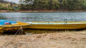 2 желтых шлюпки на озере Стоковая Фотография RF