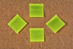 Желт-зеленые стикеры чистого листа бумаги на старом волосистом картоне Стоковые Изображения RF