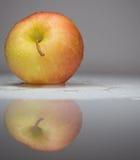 Желт-красное яблоко с капельками воды Стоковая Фотография