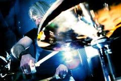 Живая музыка и барабанщик Реальное содержание музыки души стоковая фотография