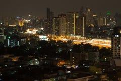 Живая сцена города показывая большое место на вскользь ночная жизнь a Стоковое Изображение