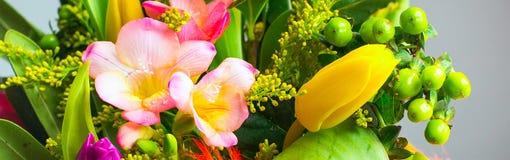 Живой букет цвета с лилией и тюльпанами цветет Стоковые Изображения RF