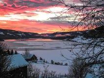 Живой восход солнца над озером в ландшафте зимы Стоковое Изображение RF