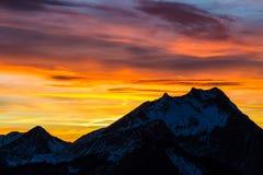 Живой заход солнца за mountian Стоковые Фотографии RF
