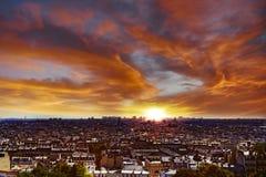 Живой заход солнца над Парижем Стоковые Изображения