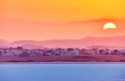 Живой и размякните взгляд славного захода солнца над сухим озером соли в Cyp стоковая фотография