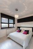 Спальня живого коттеджа - белая и черная Стоковое Изображение