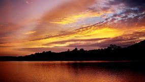 Живой пасмурный золотой seascape восхода солнца Стоковое Изображение RF