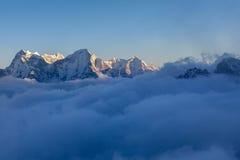 Живописная долина горы заполненная с курчавым Стоковая Фотография