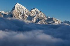 Живописная долина горы заполненная с курчавым Стоковые Изображения RF