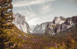 Живописная панорама осени долины и водопадов Yosemite Стоковые Фотографии RF