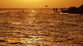 Живописная сцена захода солнца на море сток-видео