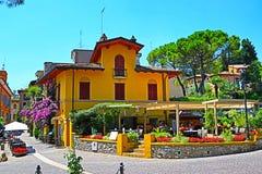 Живописная улица и традиционный итальянский ресторан в городке Gardone Ривьеры стоковое фото rf