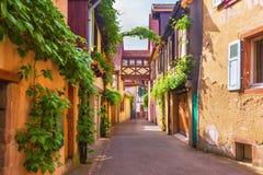 Живописная улица в Kaysersberg, Эльзасе, Франции Стоковое Изображение