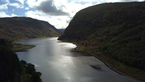 Живописное озеро Killin, северо-запад Шотландии, Великобритания, от воздуха сток-видео