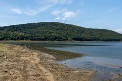Живописное озеро Rabisha с подлинным берегом, бивуак и гора над Magura выдалбливают Стоковые Фотографии RF