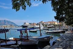 Живописное Dubva, шлюпки в гавани, Черногории Стоковое Изображение