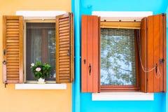 Живописные окна с штарками на голубых и коричневых стенах hou Стоковые Фото