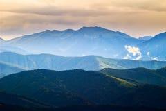Живописные прикарпатские горы ландшафт, взгляд гребней горы, Украина Стоковое Изображение