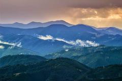 Живописные прикарпатские горы ландшафт, взгляд гребней горы, Украина Стоковое фото RF
