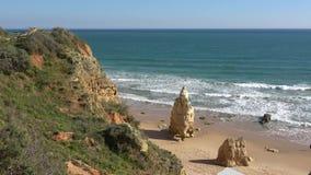 Живописные скала и пляж океана в Португалии акции видеоматериалы