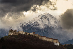 Живописные старые замок и горы в предпосылке Стоковые Изображения RF