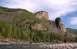 Живописные утесы на банке реки горы Стоковое Изображение