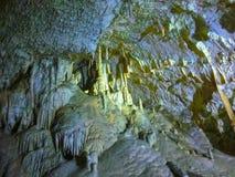 Живописные характеристики karst загоренные в пещере, grotte Postojna стоковая фотография